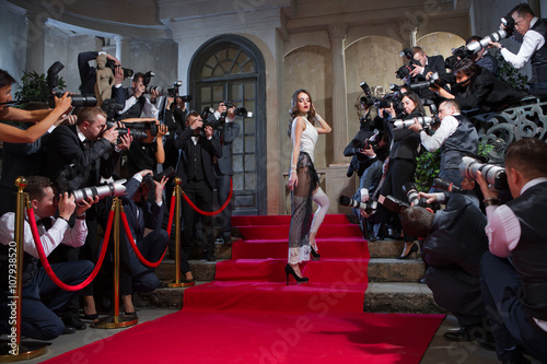 Fotografía  On the red carpet photographers take pictures of the actress