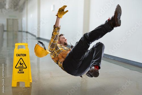 Fotografia  Worker Falling on Wet Floor