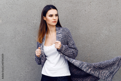 Fotografía  Beautiful girl in a cardigan and shirt outdoor