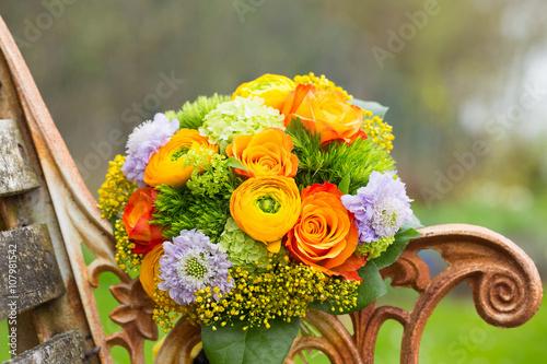 Fotografie, Obraz  Wunderschöner Blumenstrauß auf alter Holzbank im Garten