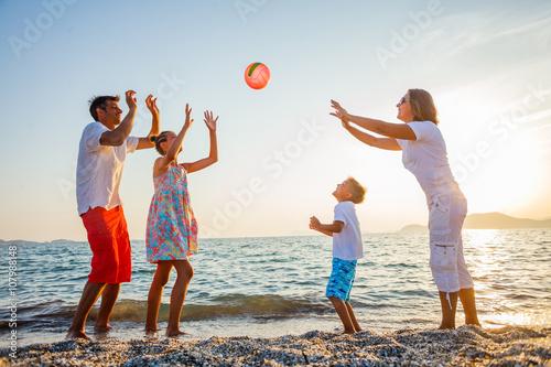Photo  Family play on beach