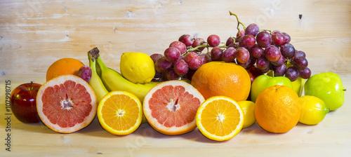 kompozycja z owoców na drewnianym tle