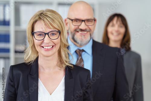 Fotografie, Obraz  erfolgreiche geschäftsfrau mit kollegen im hintergrund
