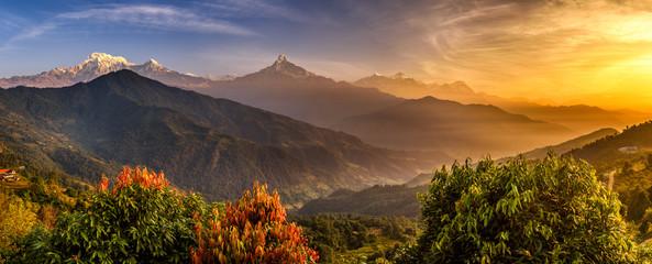 Wschód słońca nad górami Himalajów