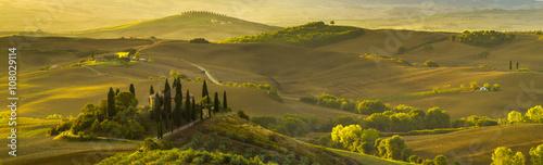 Naklejka premium piękny poranek w Toskanii