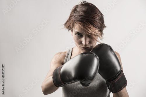 Láminas  donna boxer sta per sferrare un pugno con i suoi guantoni neri