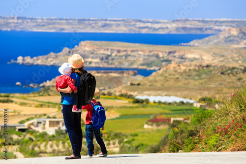 Fotografia, Obraz  mother with two kids travel on scenic road