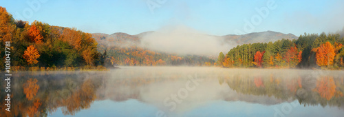 Foto op Canvas Pool Lake Autumn Foliage fog