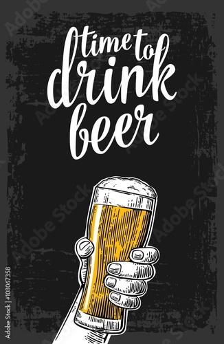 meska-reka-trzyma-szklanke-piwa-vintage-wektor-grawerowanie