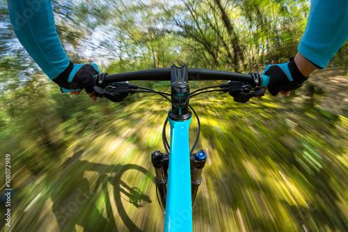Fotografia, Obraz  fast mountainbike pov / Mountainbiker Radfahrer in rasanter schneller Fahrt