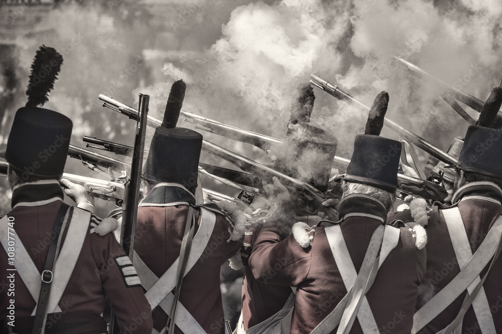 Foto  soldiers firing the guns re-enacting the war in 1812
