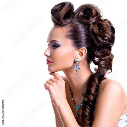 Plakat Profilowy portret piękna kobieta z kreatywnie fryzurą
