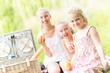 Kinder im Sommer beim Picknick