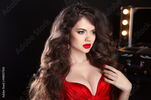 Fotografía  Makeup. Hairstyle. Beautiful girl with long wavy hair. brunette