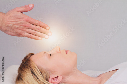 Photo  Attractive young woman having reiki healing treatment , alternat