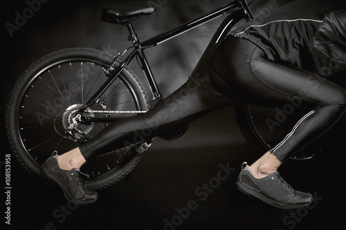 In de dag Fiets Athlete with a Bicycle isolated on Black