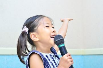 Fototapeta マイクで歌う女の子