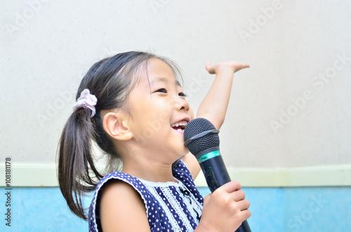 Plakat Dziewczyna śpiewająca z mikrofonem