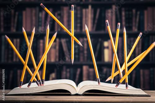 Fotografia  重厚な本と宙に浮かぶ鉛筆