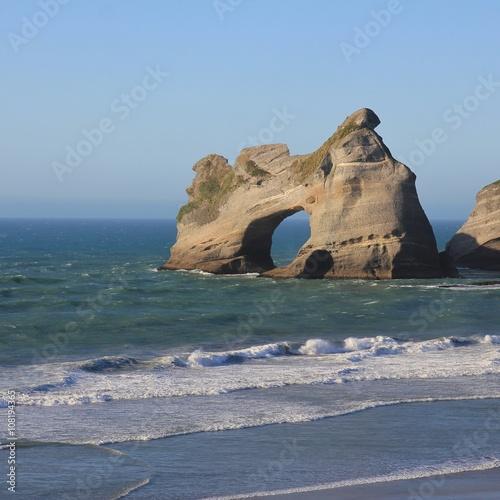 wyspa-z-duza-dziura-w-wharariki-beach
