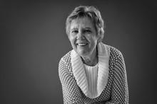 Vrolijke Lachende Oude Vrouw In Zwart/wit