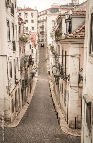 widok-na-stara-uliczke-w-lizbonie