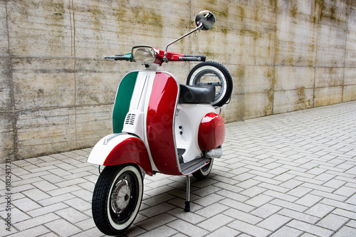 La pose en embrasure Scooter Tricolore