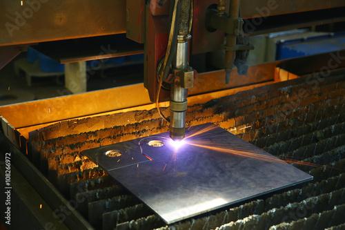 Fotografía  Industrial cnc plasma cutting of metal plate. Closeup