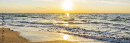 Stickers pour porte Mer coucher du soleil Urlaub am Meer - Sandstrand und Sonnenaufgang an der Ostseeküste - Banner / Panoroma