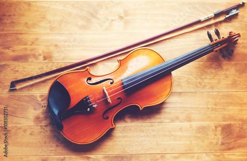 skrzypce-na-drewnianym-tle
