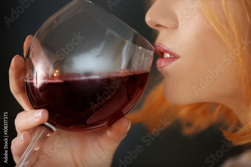 Poster de jardin Bar Young woman with glass of red wine closeup