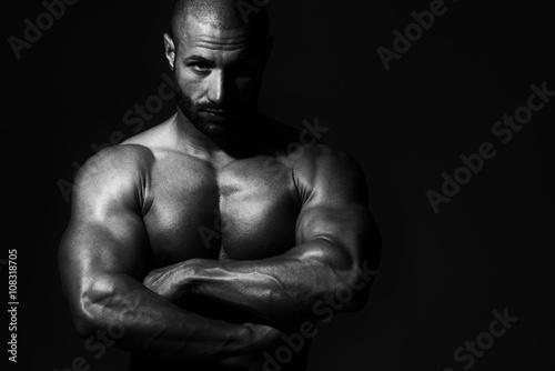 portret-fizycznie-dysponowanego-mlodego-czlowieka
