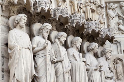 Fotografía  Particolare del portale centrale della Cattedrale di Notre-Dame a Parigi con le statue degli apostoli