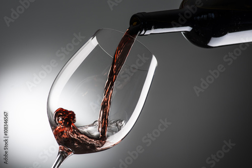 Foto  glass with red wine on dark background