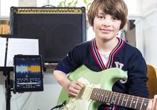 Junge Beim Gitarrenunterricht