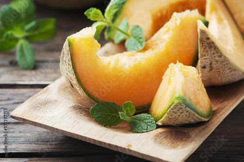 Fotografía Fresh sweet orange melon on the wooden table