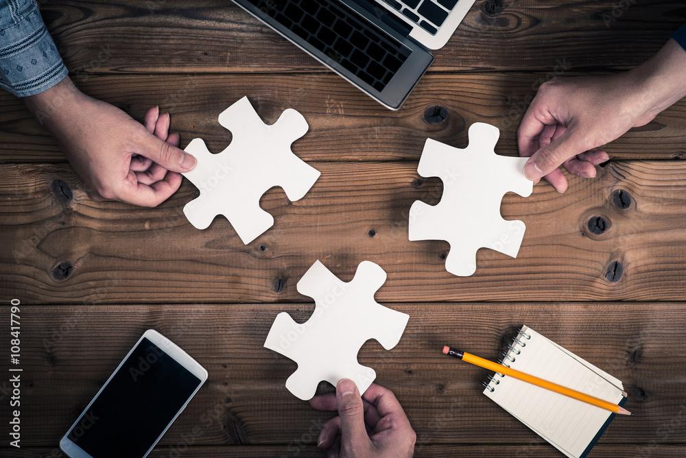 Fototapeta ジグソーパズルのピースを持っている人間の手