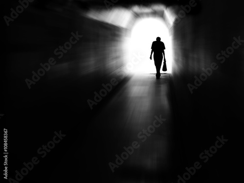 Papiers peints Tunnel Tunnel Man Walking in Motion