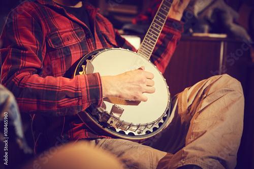 ragazzo suona banjo Wallpaper Mural