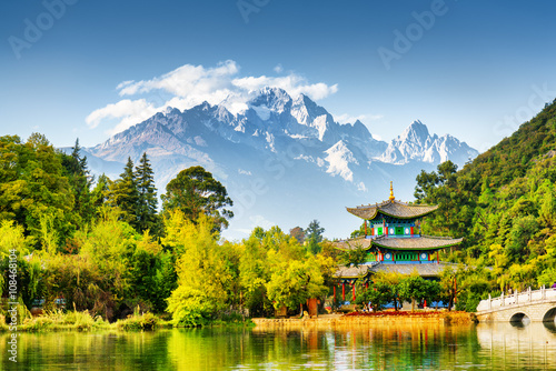 Autocollant pour porte Chine Scenic view of the Jade Dragon Snow Mountain, China