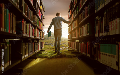 Mann in Bücherei mit lebhafter Fantasie