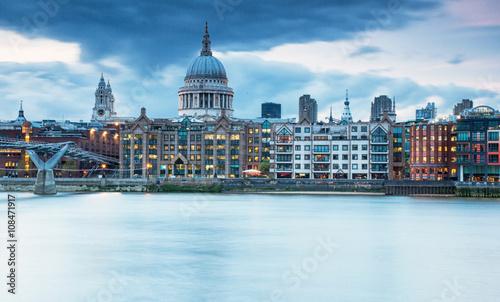 finansowa-dzielnica-londynu-w-pochmurny-dzien