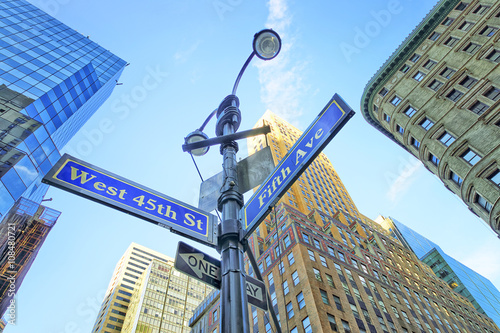 Photographie  Road signs in Midtown Manhattan