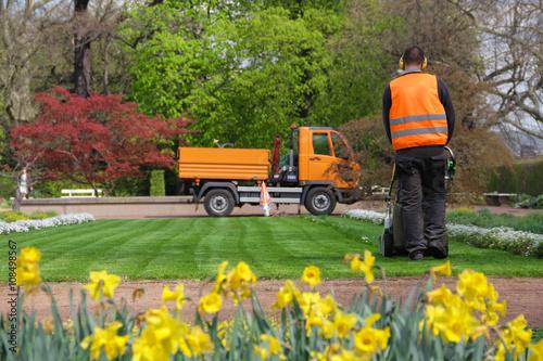 Obraz na plátne Landschaftsgärtner im Park bei der Arbeit