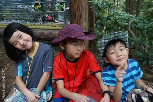Fotografía  ハイキングを楽しむ子ども達 三兄弟 トリオ