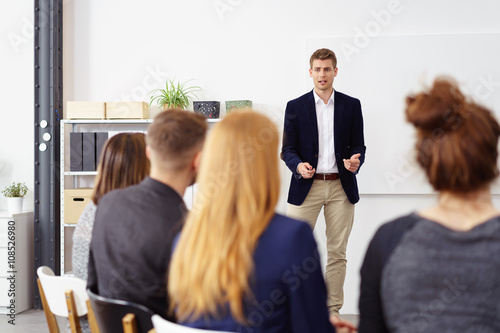 geschäftsmann hält einen vortrag vor kollegen