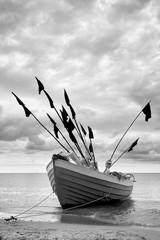 Fototapetałódź rybacka na brzegu morza