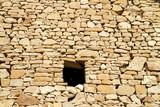 Fototapeta Kamienie - stara kamienna ściana z małym oknem