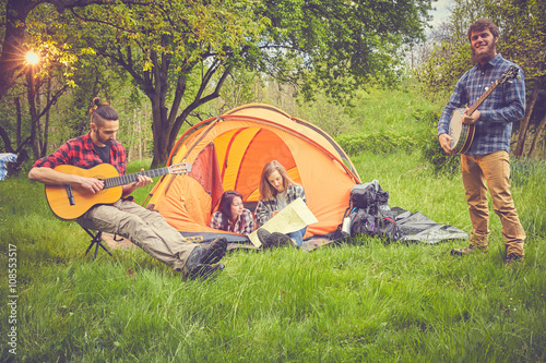 Spoed Foto op Canvas Muziekwinkel Ragazzi in tenda pianificano viaggio