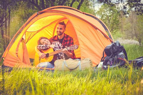 Spoed Foto op Canvas Muziekwinkel Coppia felice in tenda